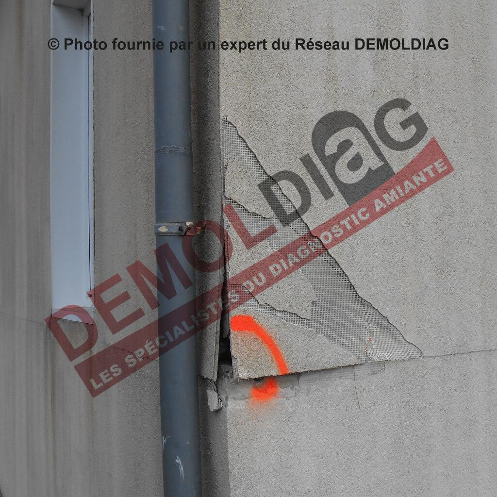 Rénovation énergétique : Panneaux de façade en amiante-ciment masqué par un enduit susceptibles d'être impactés par les travaux d'isolation par l'extérieur.