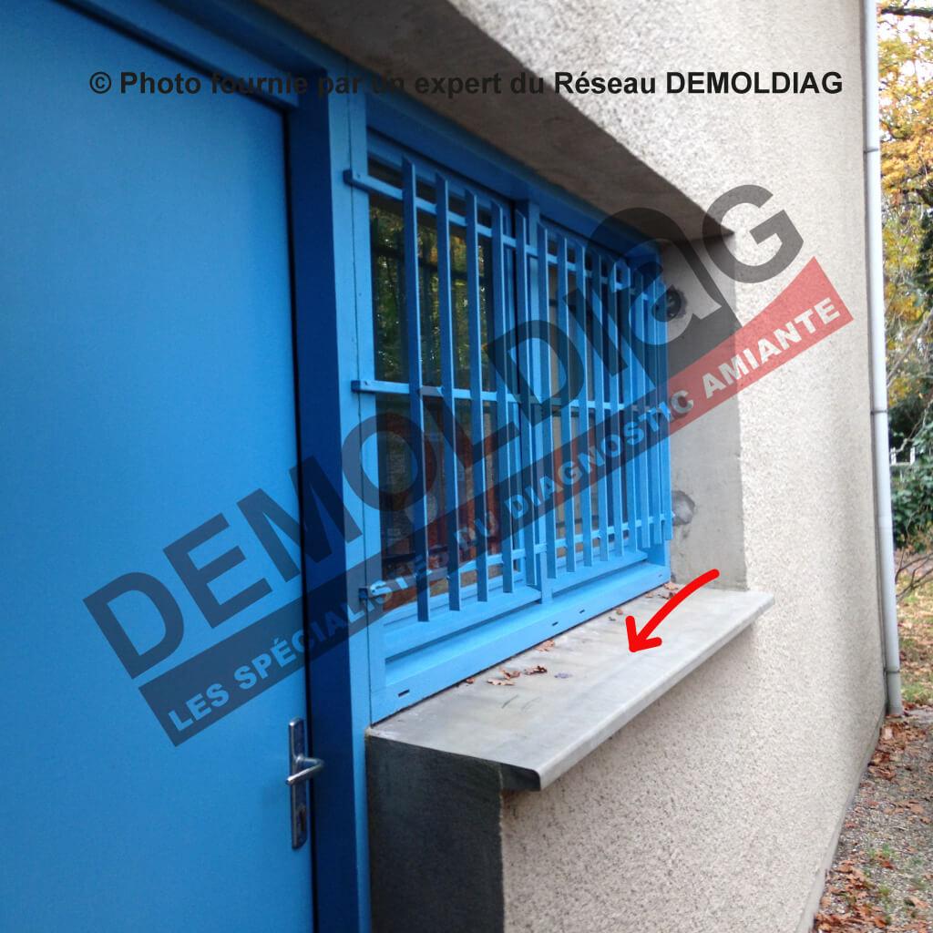 Rénovation énergétique : Appui de fenêtre en fibres-ciment contenant de l'amiante susceptible d'être impacté par les travaux d'isolation par l'extérieur.
