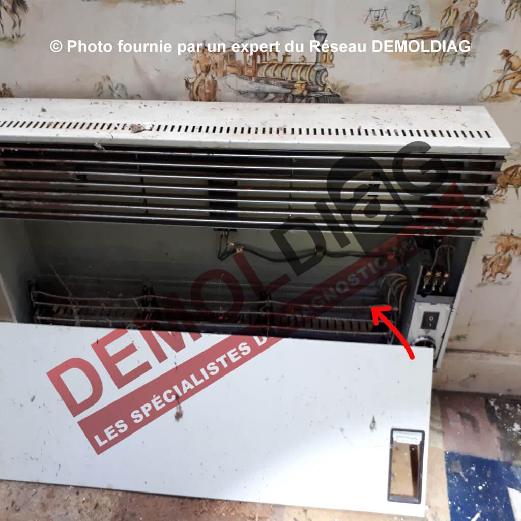 Rénovation énergétique : Convecteur électrique comportant une tresse amiantée au niveau des résistances susceptible d'être impactée par les travaux d'amélioration du système de chauffage.