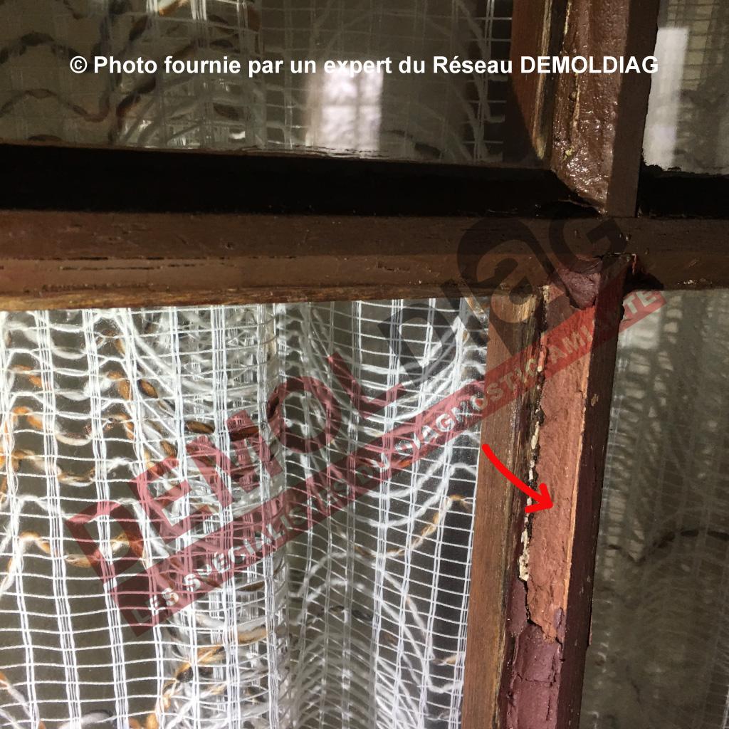 Rénovation énergétique : Menuiserie bois comportant un mastic de vitrage amianté susceptible d'être impacté par les travaux de dépose de l'ouvrant