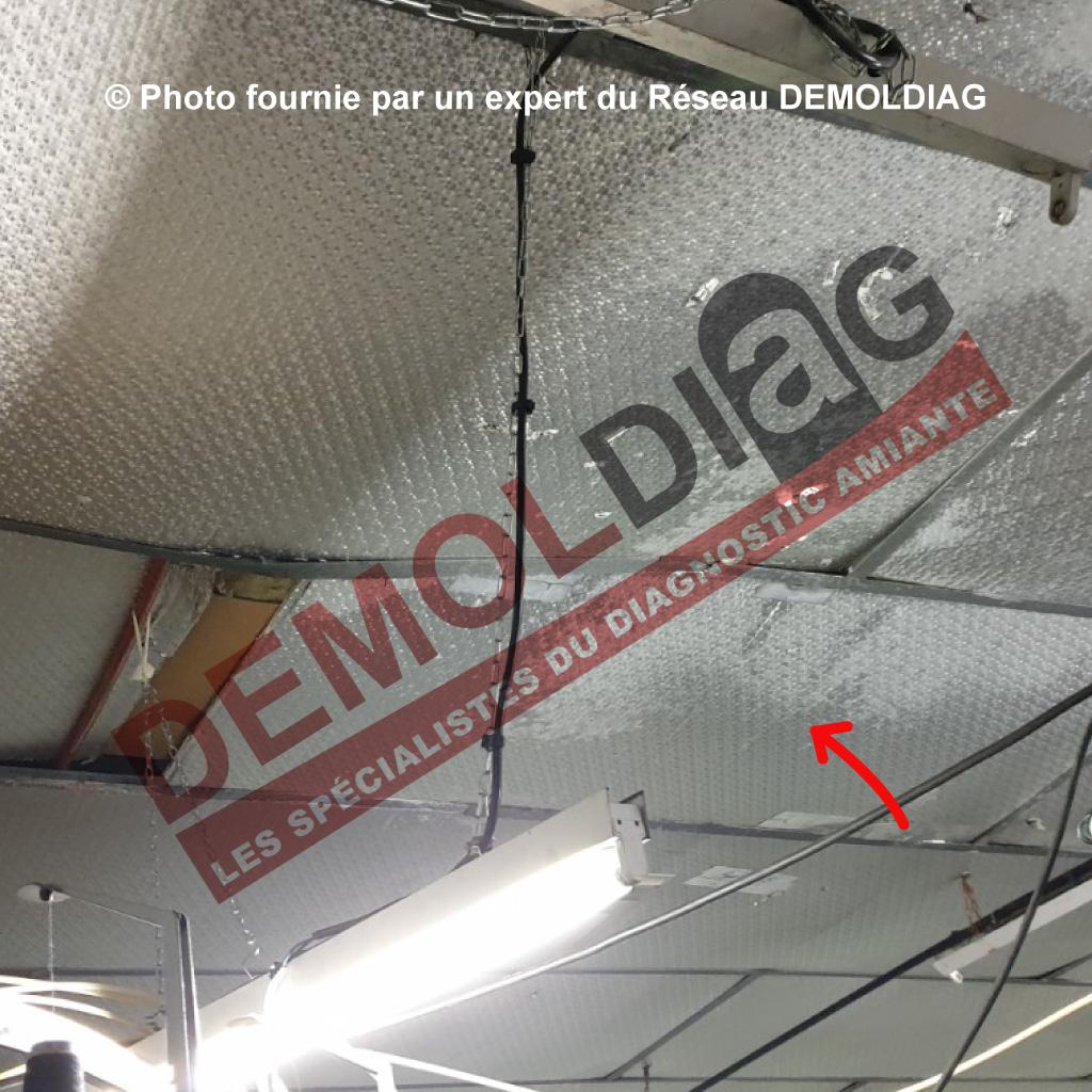 Rénovation énergétique : Faux plafond type Panocell contenant de l'amiante susceptible d'être impactés par des travaux de rénovation. Nota : dans le cas présent, le faux plafond doit dans tous les cas être retiré dans un délais de 36 mois.