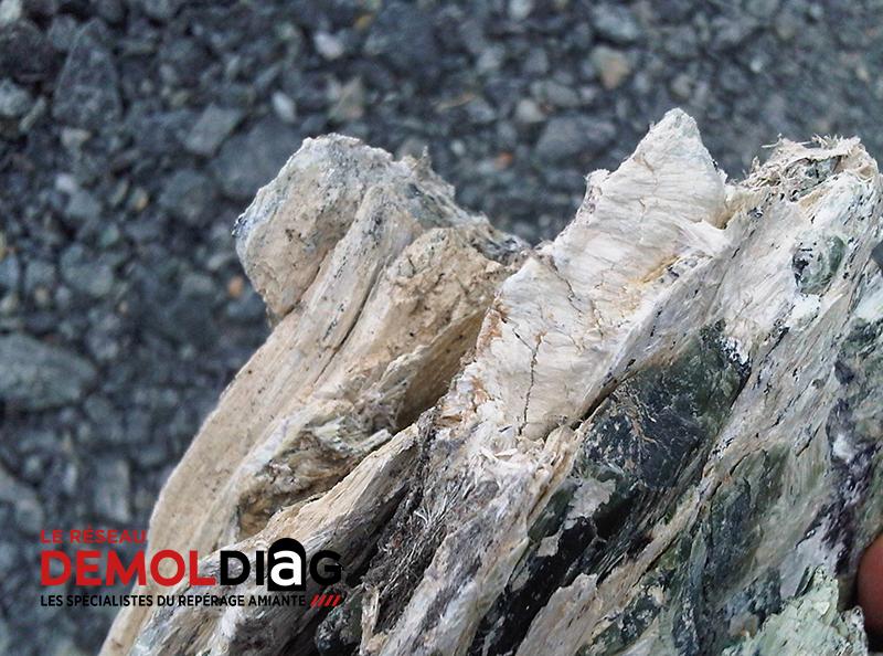 Gisement de la mine de Canari - roche : amiante chrysotile (source : DEMOLDIAG)